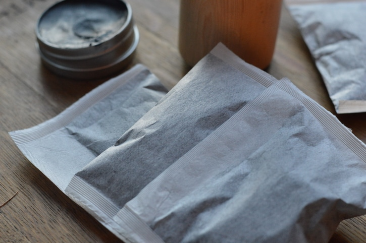 How to Make a Poultice With Herbs